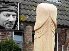 Kunstenaar heeft eindelijk zijn houten penis terug