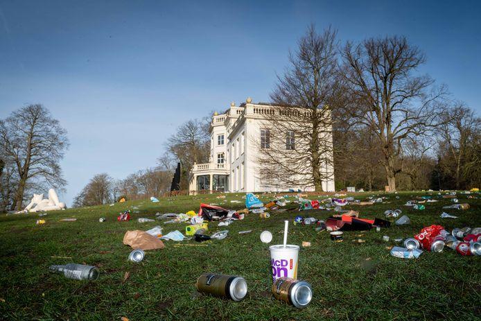 Bergen met afval op de ligweide van Park Sonsbeek.