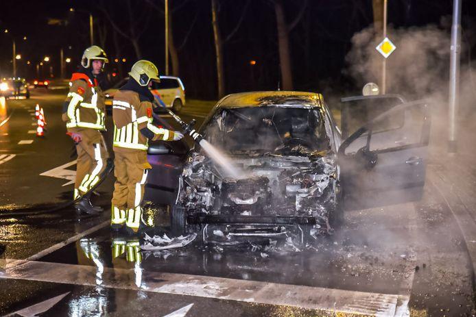 Een auto vliegt spontaan in brand voor een verkeerslicht op Dongenseweg in Tilburg.
