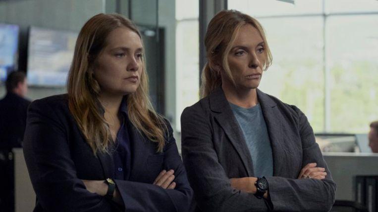 Merritt Wever en Toni Collette in de rol van detectives Karen Duvall en Grace Rasmussen in 'Unbelievable'. Beeld Beth Dubber/Netflix