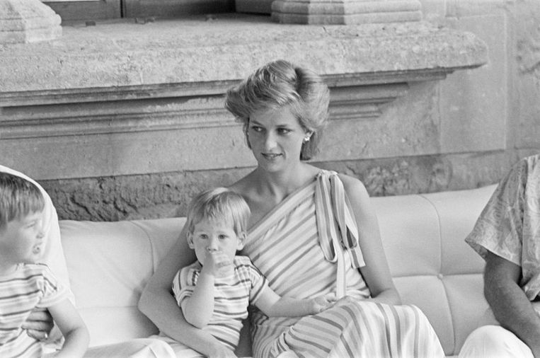 Prins Harry met zijn moeder tijdens een vakantie op Mallorca in 1986. Beeld Mirrorpix via Getty Images