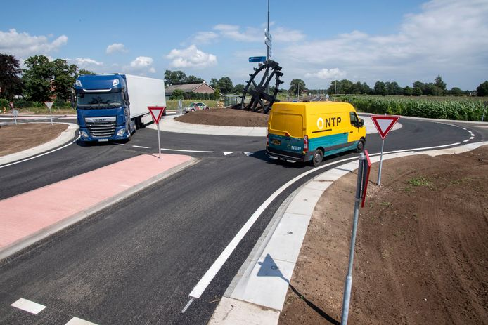 De N315 tussen Neede en de nieuwe N18 is een half jaar dicht geweest. Er is een rotonde aangelegd en de weg is verbreed. V