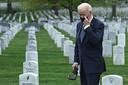 Joe Biden op een ereveld in Arlington, waar militairen liggen die in Afghanistan gesneuveld zijn.