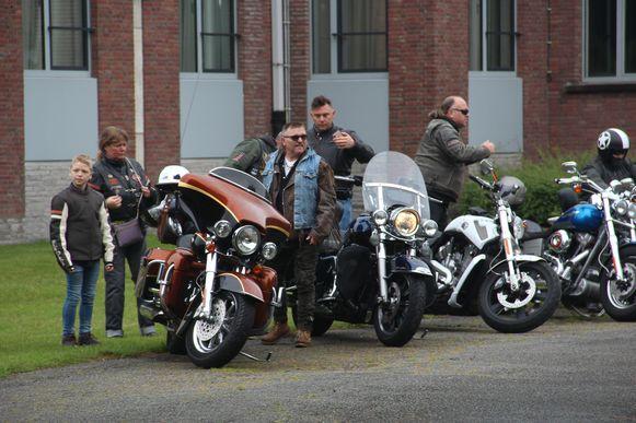 Harley Davidson Peirsman werd naar zijn communie gebracht met een stoet van motards in zijn kielzog