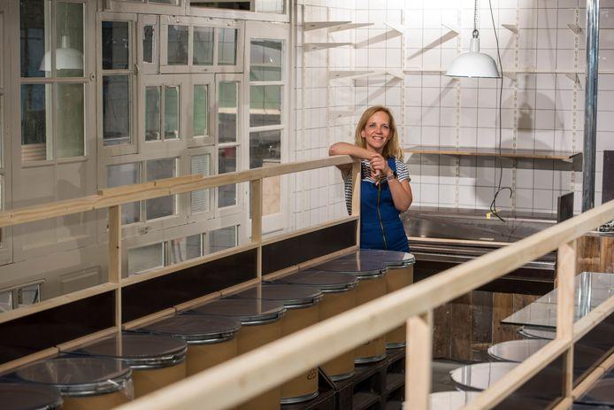Angelique Wijnen in haar winkel op de Roostenlaan in Stratum. Bij de verbouwing zijn ook materialen opnieuw gebruikt, zoals mooie oude raampjes.
