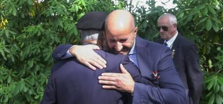 Kijk hoe burgemeester Marcouch geweigerde veteranen in de armen valt en excuses aanbiedt