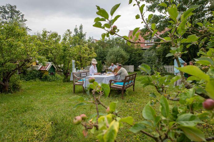 Nu de Peeland Players schaakclub niet terecht kan in het café, wordt uitgeweken naar buiten. De ene keer spelen ze in Colijnsplaat  in een boomgaard (foto), de andere keer weer ergens ander op het eiland in een fruitpluktuin.