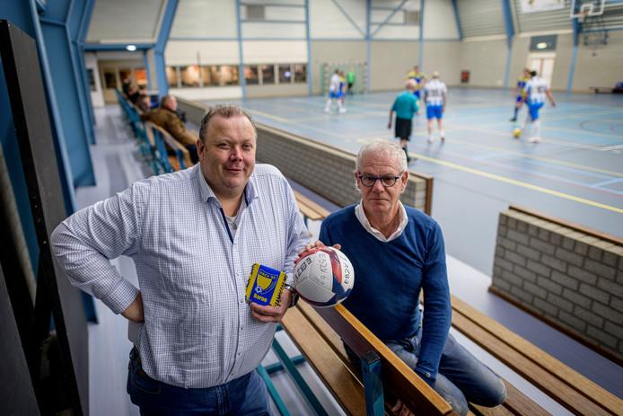 Ronald de Vries  en Ton Vergeer (rechts)  van de Eerste Bornse Zaalvoetbal Vereniging (EBZV). De club viert het 35-jarig bestaan.