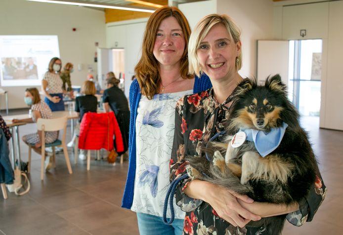 Verpleegkundige Daisy Van Malderen met haar hond Nelleke, die 'snoezelhond' is in WZC De Ark, en haar collega Kelly Waterschoot.