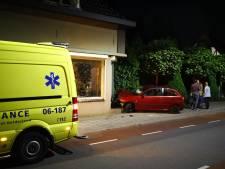 Auto rijdt in op woning in Heerde: politie pakt vluchtende inzittenden en vindt 'mogelijk vuurwapen'