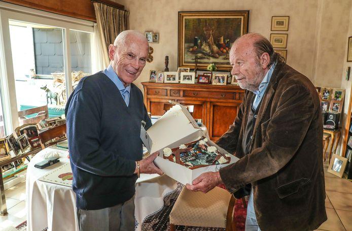 Michel Verschueren krijgt een verjaardagstaart van Hugo Camps.