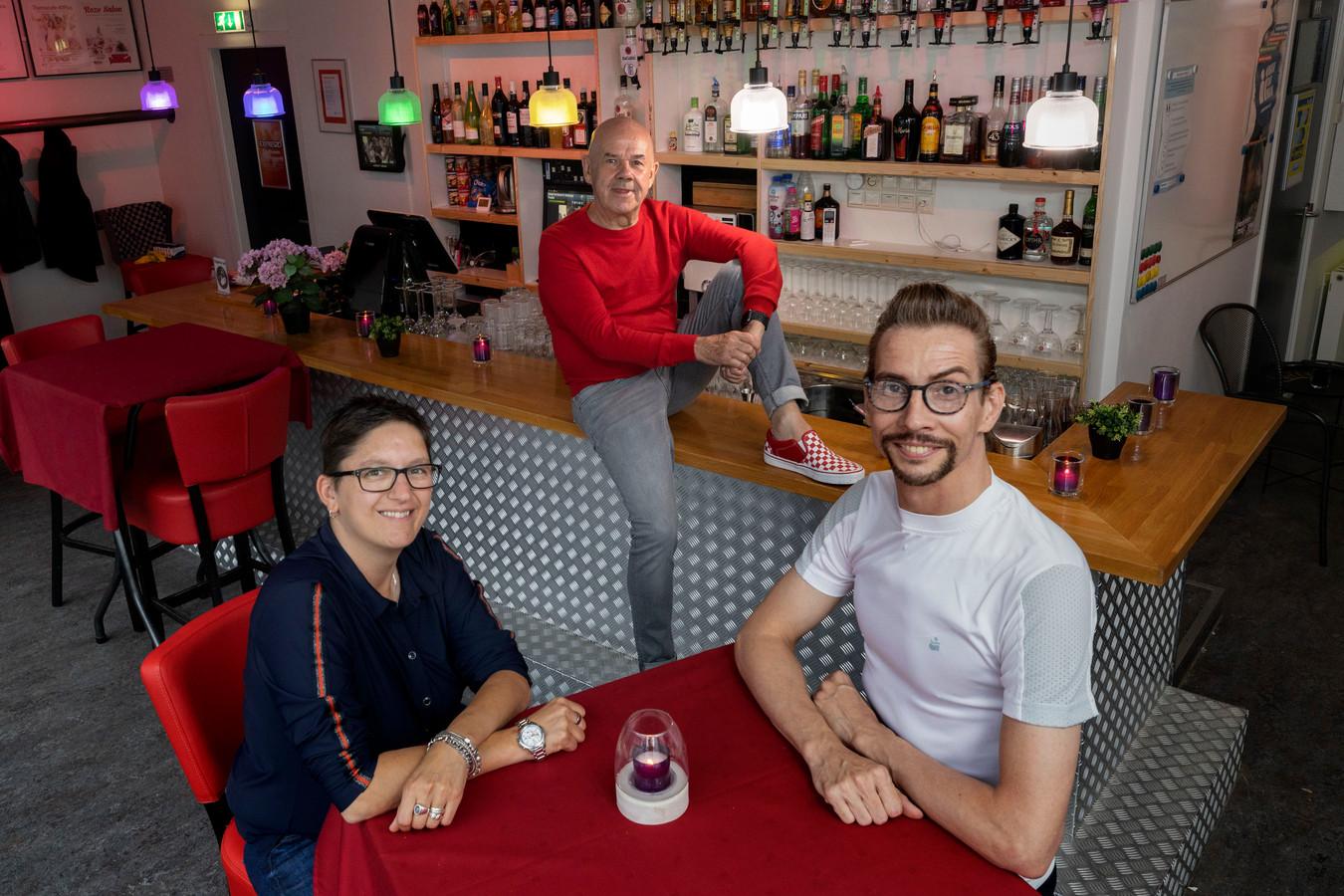 Bestuursleden Bianca van Kaathoven, Ivar Voets en Hans van Winkel (midden) van COC Eindhoven.