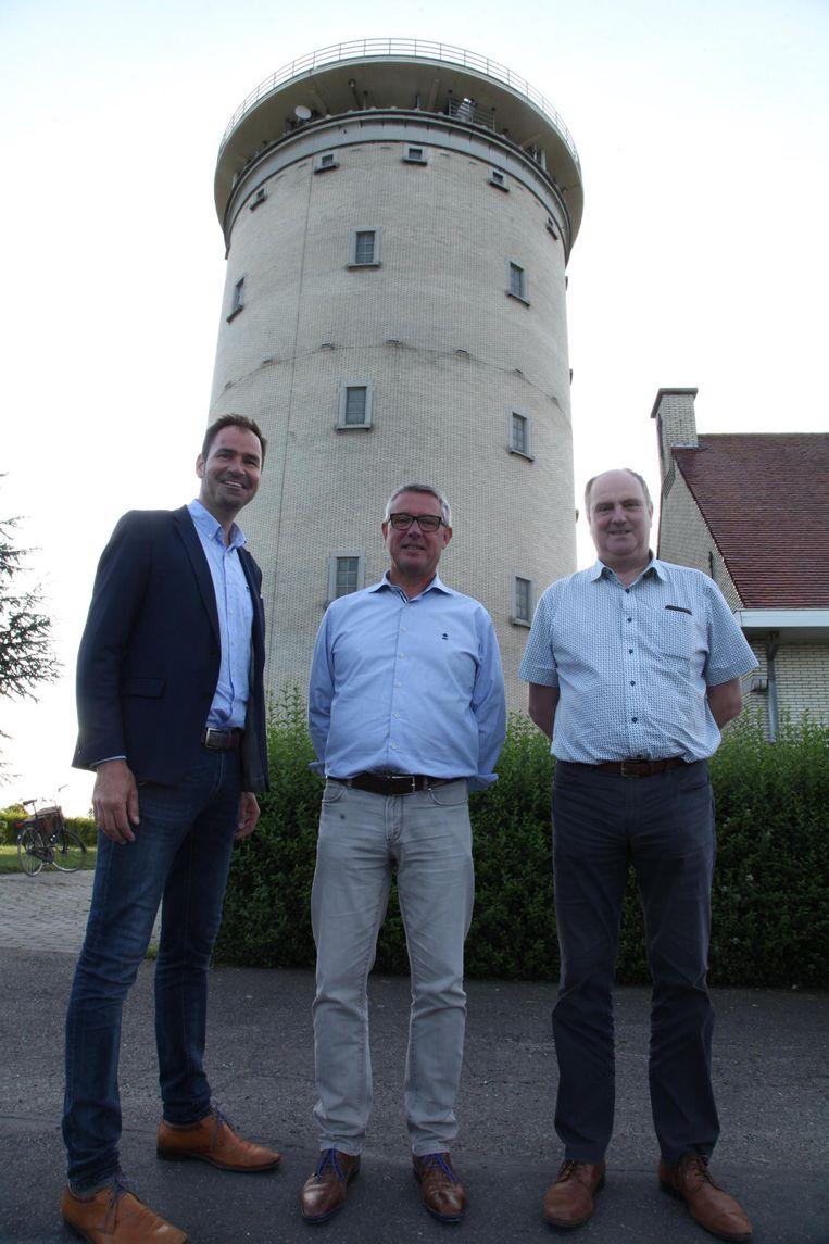 Schepen Mathieu Desmet, eigenaar Bart Debruyne en projectleider coördinatie vrije tijd Geert Knockaert voor de watertoren.
