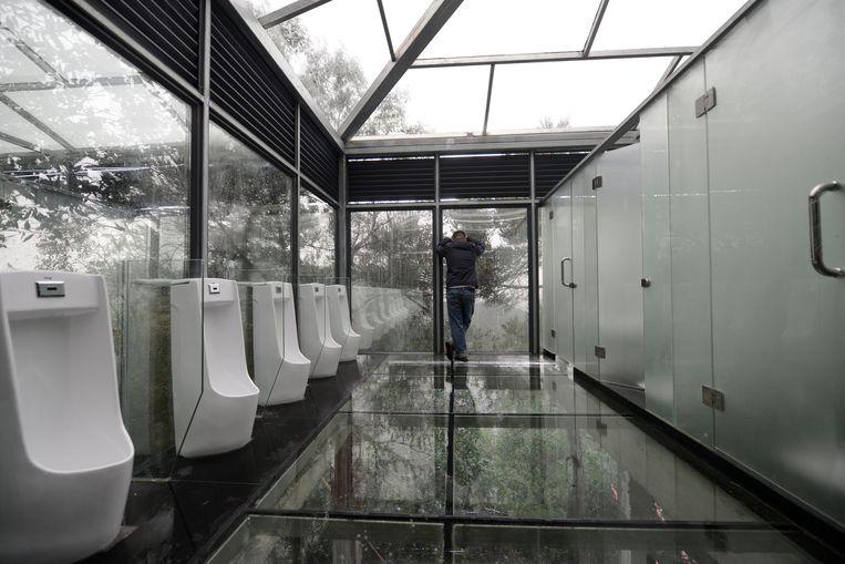Een publieke toiletruimte van glas in Changsha, in de Chinese provincie Hunan. Beeld REUTERS