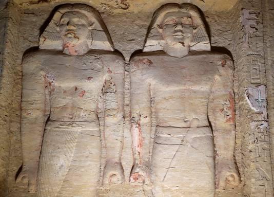 Twee beelden in de recent ontdekte graftombe van priester Wahtye in de necropolis Saqqara, dertig kilometer ten zuiden van de Egyptische hoofdstad Caïro.