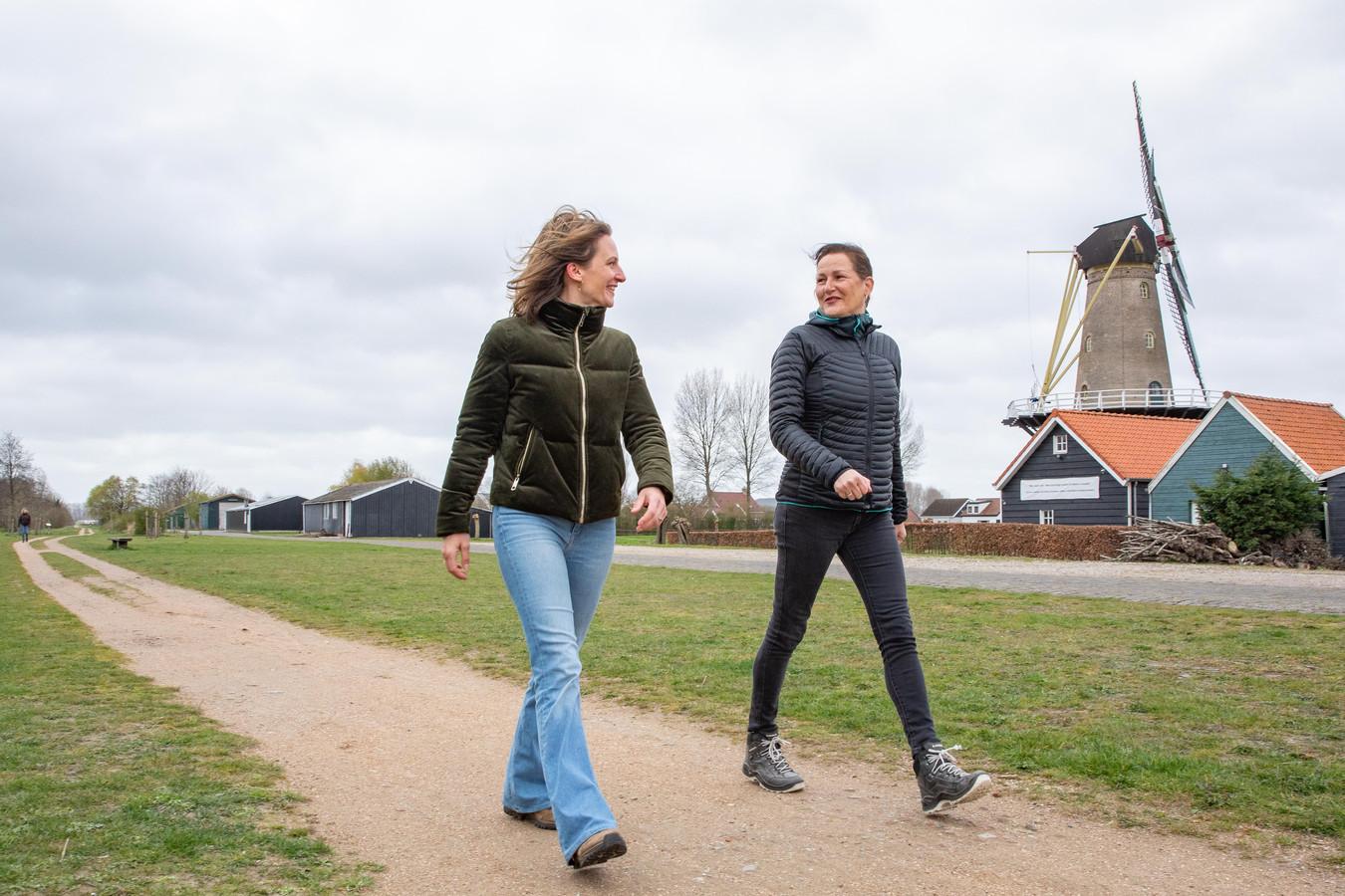 Denise de Leeuw uit Heinkenszand en Janny de Jonge uit Renesse begonnen hun virtuele wandelcompetitie 'dewegnaar.com'.
