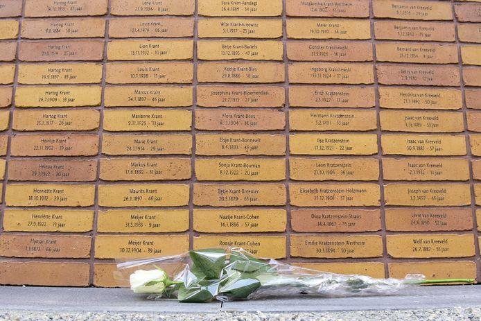 Een witte roos bij het Holocaust Namenmonument in Amsterdam. De stenen zijn gemaakt op de steenfabriek van Rodruza in Rossum.