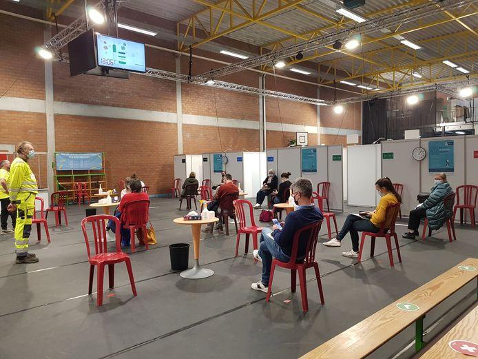 In de sporthal Den Boer in Lievegem worden de prikken gezet.