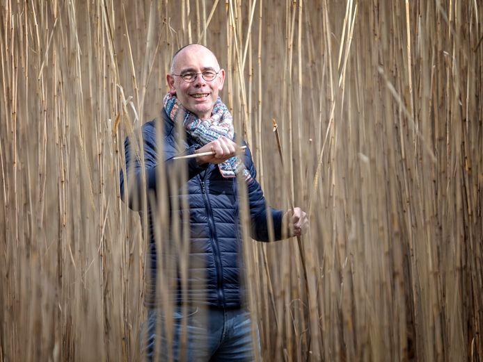 Jan-Govert van Gilst tussen het olifantengras in Lijnden. Uit het olifantengras word biologisch plastic gewonnen.