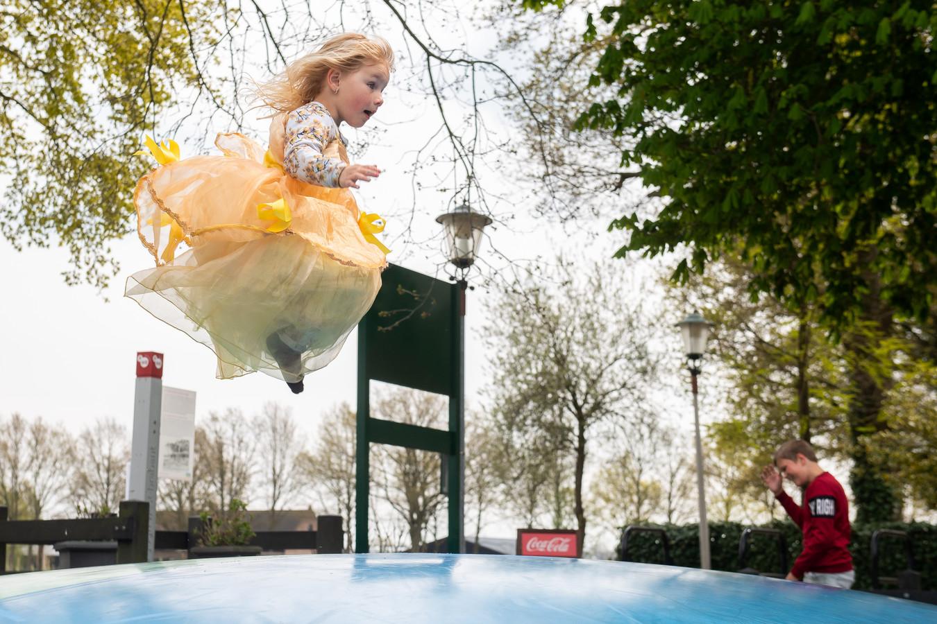 Breda - Pix4Profs/René Schotanus. De 4-jarige Demi in haar prinsessenjurk springt er lustig op los.