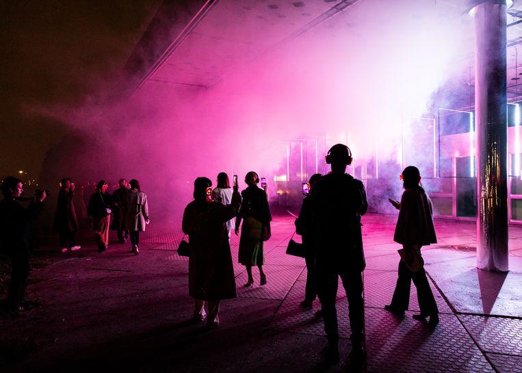 Multidisciplinair kunstenaar Nikki Hock zorgde voor een licht- en sound-show bij De Roze Tanker in Noord.   Beeld Lin Woldendorp