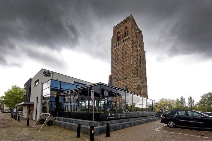 De glazen wand bij brasserie Thuys in Gestel is te hoog. De helft gaat er vanaf voor corona-ventilatie.