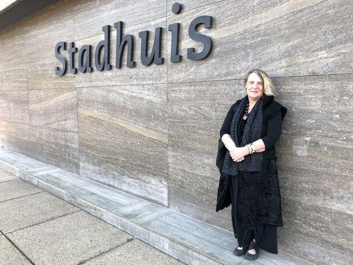 Raadslid Mary-Ann Schreurs bij het Eindhovense Stadhuis