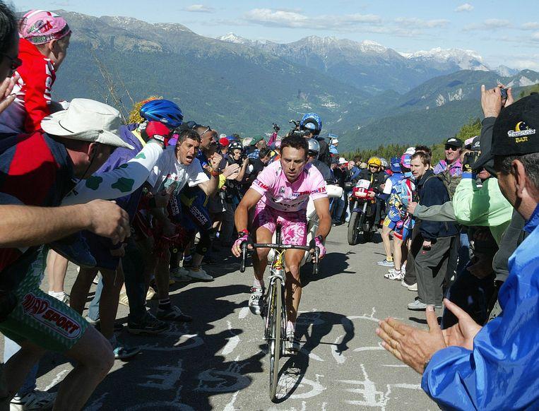 De Italiaan Gilberto Simoni is in 2003 in het roze op weg naar de zege op de Monte Zoncolan, die dat jaar van de kant werd beklommen waar de renners ook nu omhoog zullen gaan. Beeld AFP