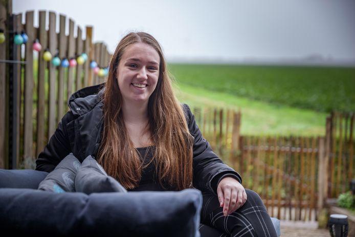"""Iris Köhler woont prima in Fijnaart. ,,Lekker aan de dijk met een mooi uitzicht, dus lekker vrij."""""""