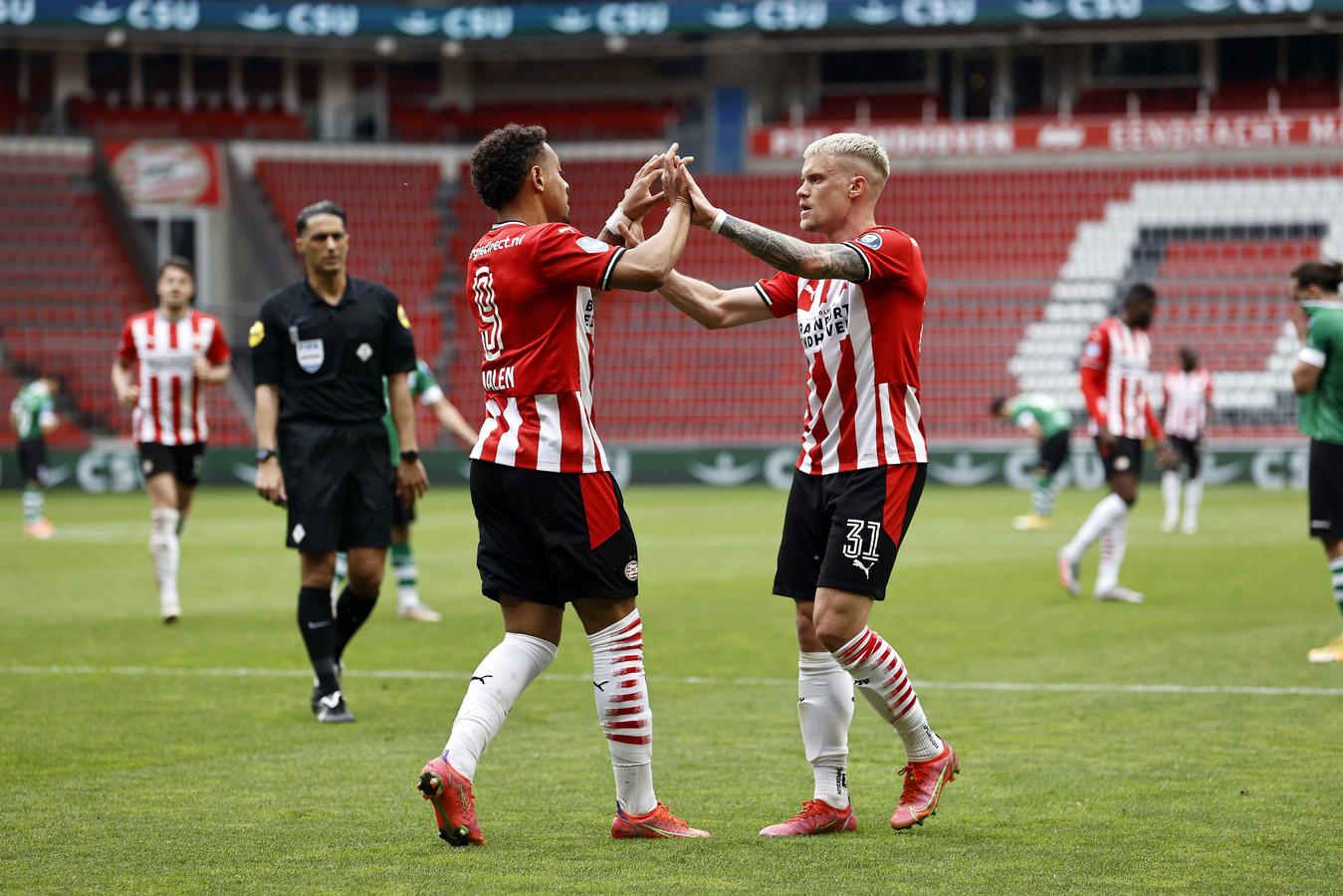 Donyell Malen en Philipp Max zijn blij na de goal van Malen tegen PEC.