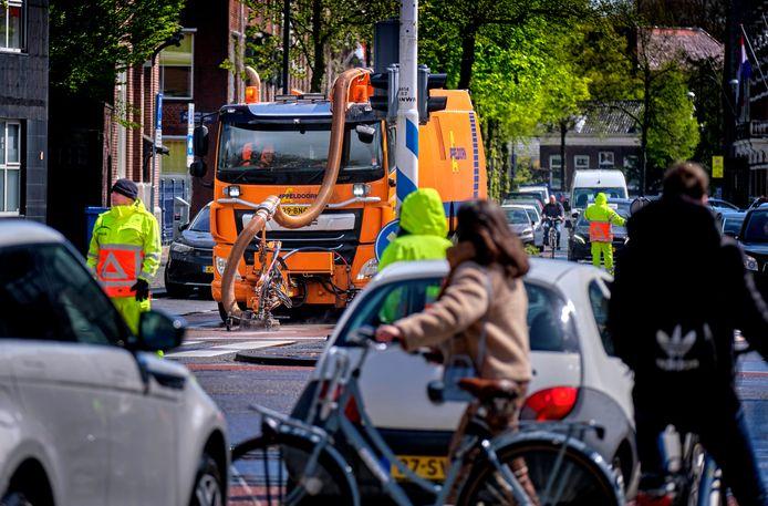 De werkzaamheden aan het kruispunt Singel, Johan de Wittstraat en Stationsweg zijn van start gegaan.