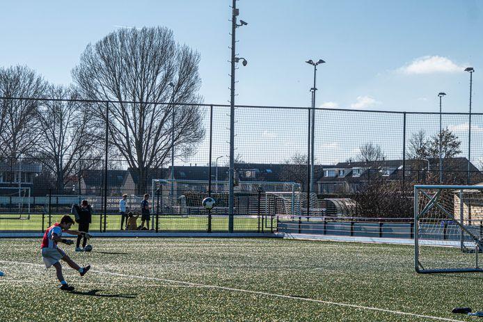 WVF heeft genoeg van het vandalisme op het sportpark en heeft daarom camera's opgehangen.