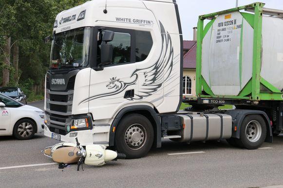 De bromfietser raakte zwaargewond bij de aanrijding op de Brusselse Steenweg.