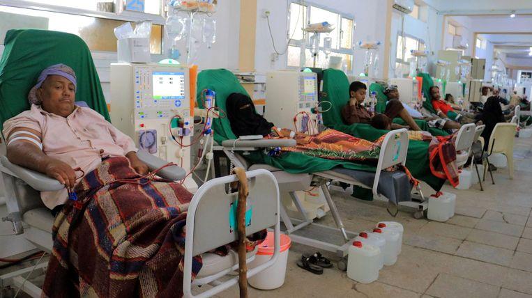 Jemenitische nierpatiënten in een ziekenhuis in Hodeida. 'Het terugschroeven van de hulp komt neer op een doodstraf', aldus de VN. Beeld AFP