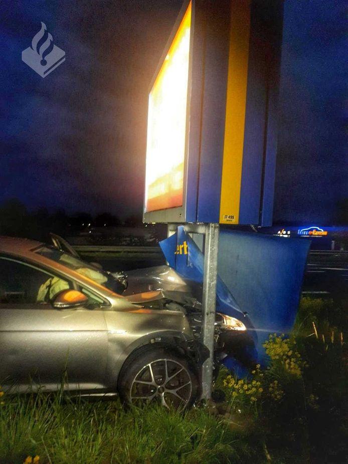 Een automobilist was op de Oostweg van de weg geraakt en tot stilstand gekomen tegen een groot reclamebord.