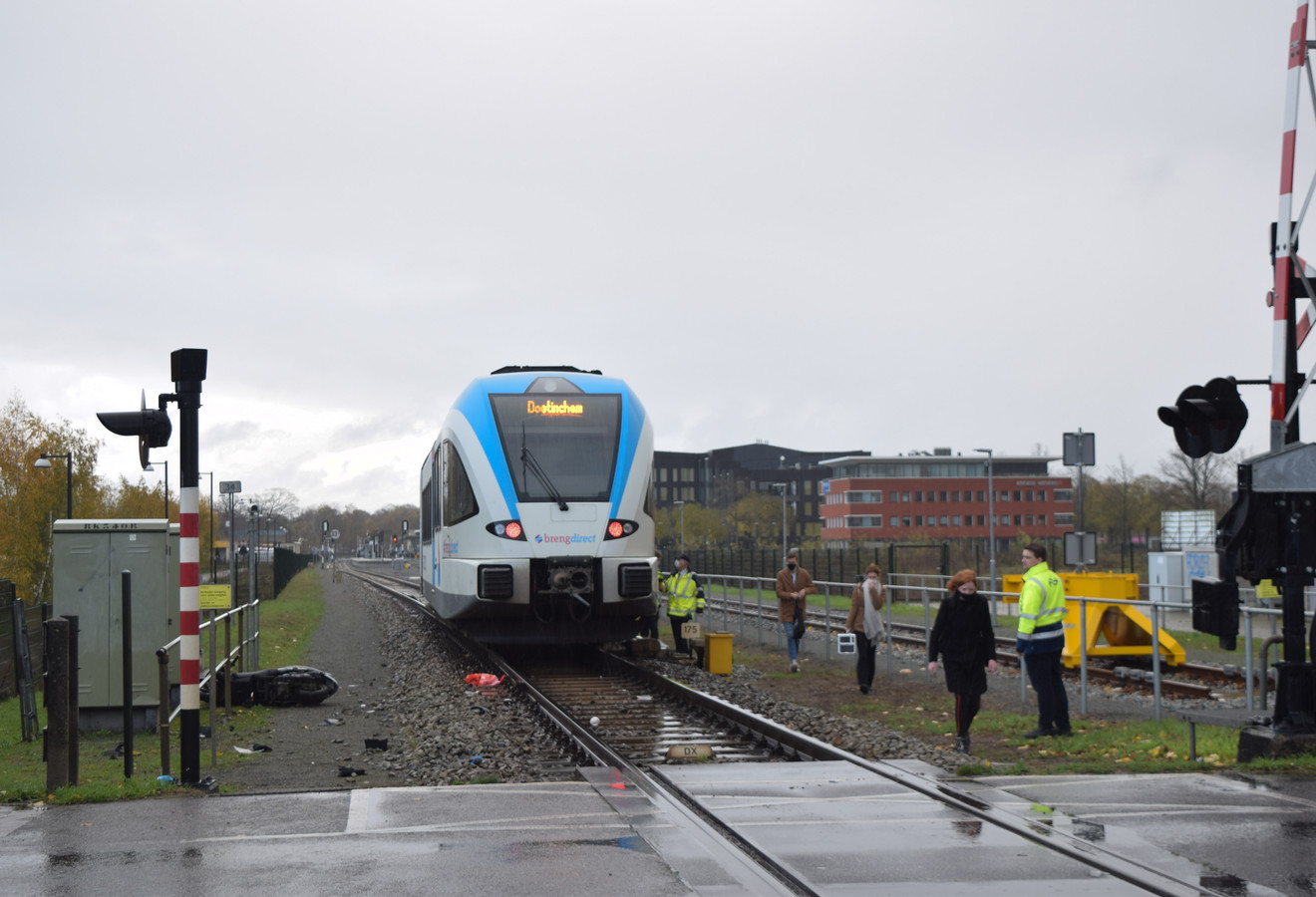 De trein staat stil na de aanrijding met een scooter in Doetinchem. De bestuurster bleef ongedeerd.