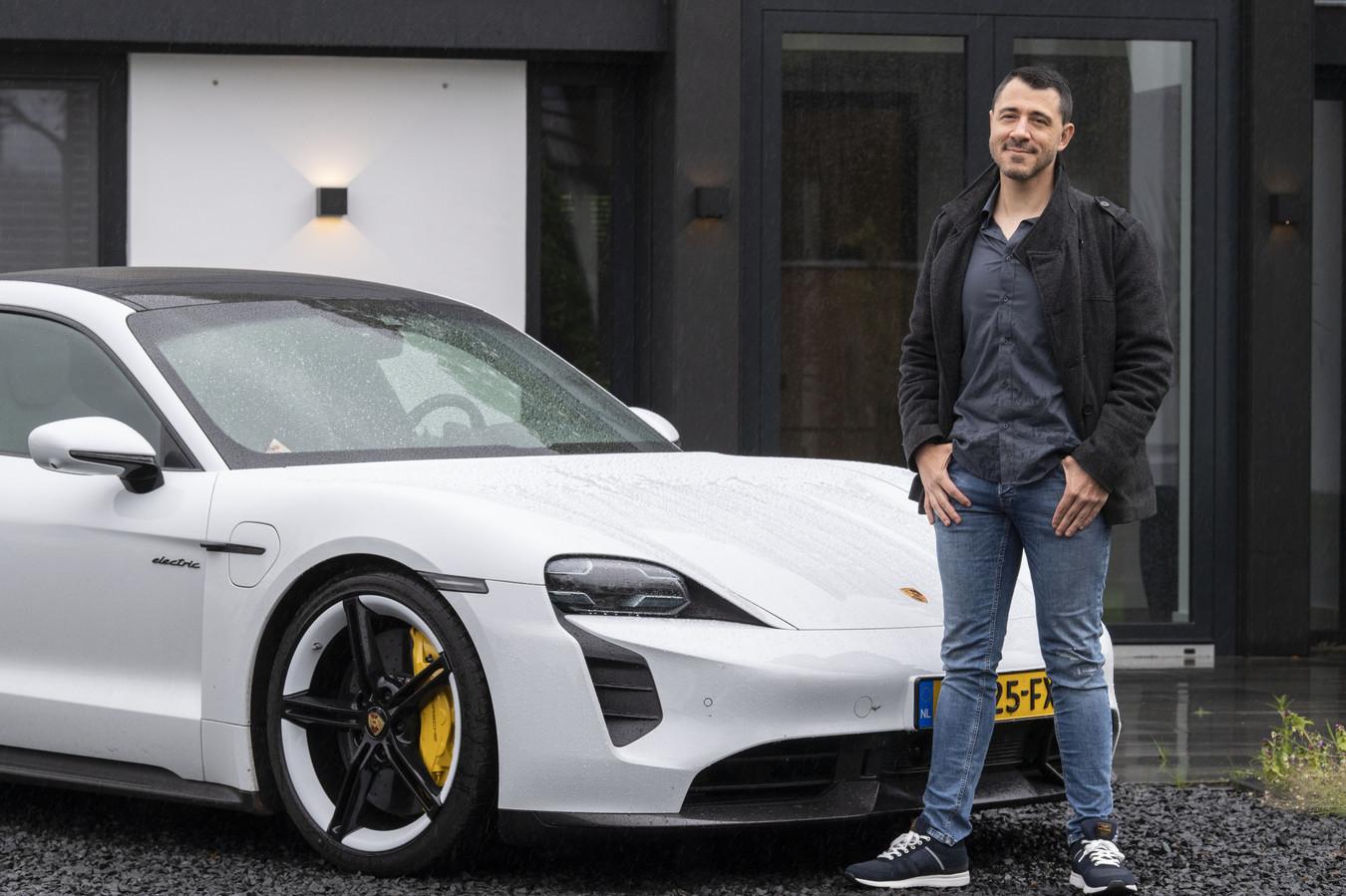 Alain Götz met de elektrische Porsche voor zijn nieuwe woning:  'Mensen die mij kennen, gunnen mij dit wel.'