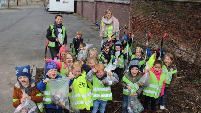 """Kleuters van Vrije School Ruien ruimen zelf de straten op: """"Niet flink als mensen afval op straat gooien"""""""
