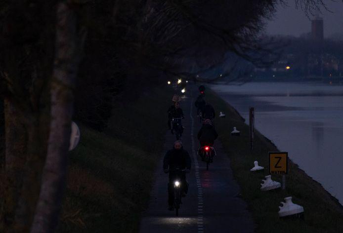 Het Jaagpad is de snelste fietsroute van Vlissingen naar Middelburg. Het is er druk en 's avonds pikdonker.