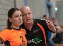 Coach Fred Wieland instrueert Myke Vermeulen van HV Angeren.
