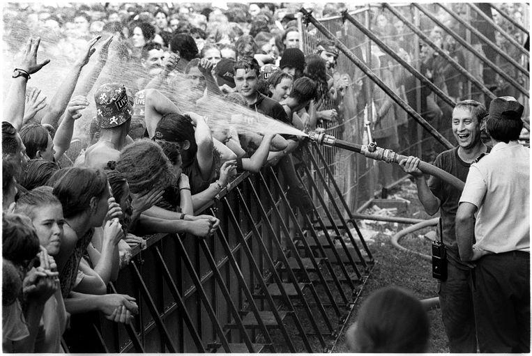 Fans worden afgekoeld tijdens de editie van 1993. In dat jaar mocht enkel nog lightbier geserveerd worden op en rond het festival.  Beeld Alex Vanhee