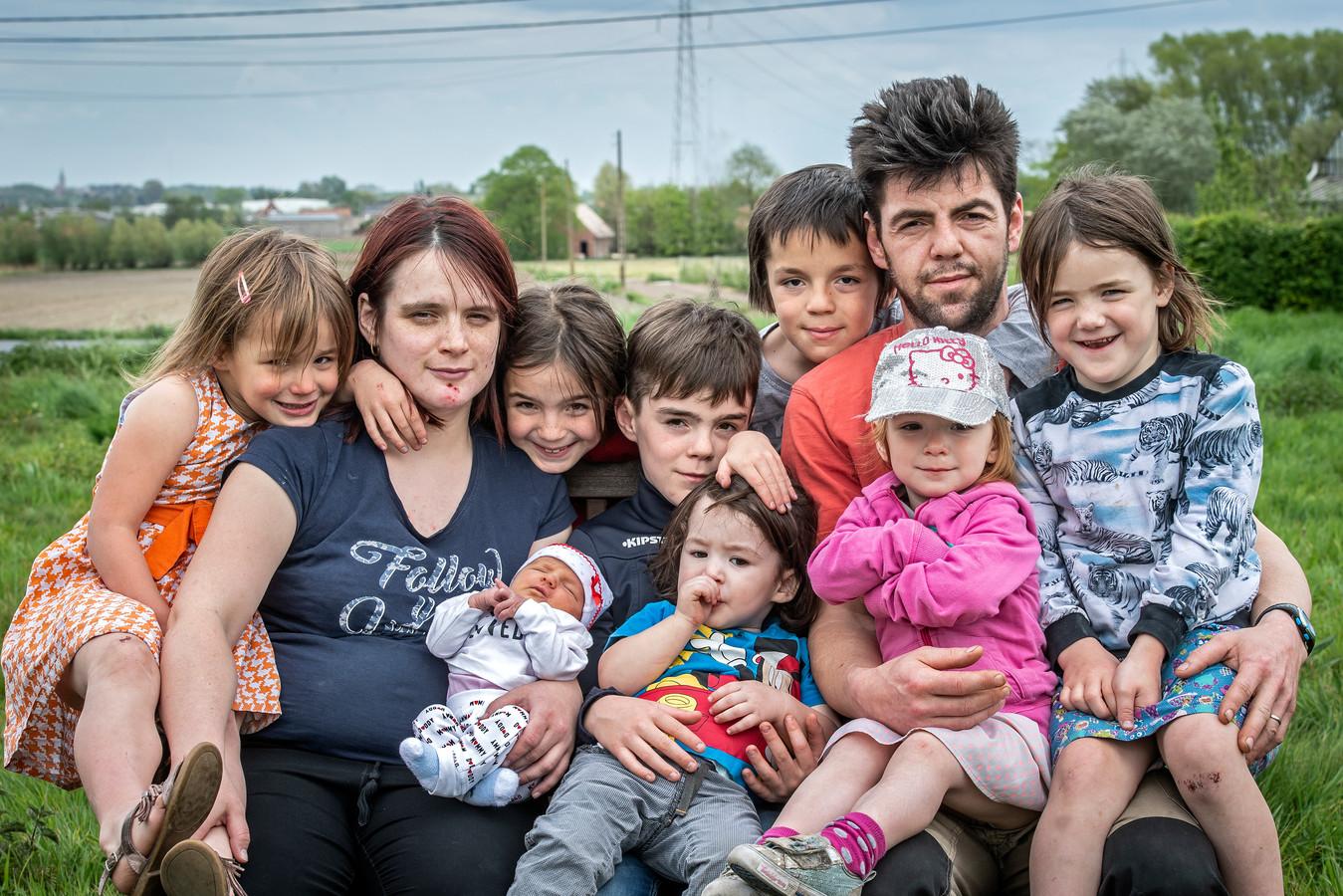 Marino Vaneeno en Gwenny Blanckaert met hun kroost in 2019. Toen waren ze met tien. We zien Xeal, Xela, Alex, Leax, Axel, Exla, Xael en baby Xale. Met Elax en Alxe zijn er inmiddels alweer twee kinderen bij gekomen.