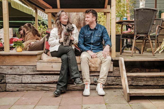 Sanna Botter en Jorit Bons met hondje Bobbi.