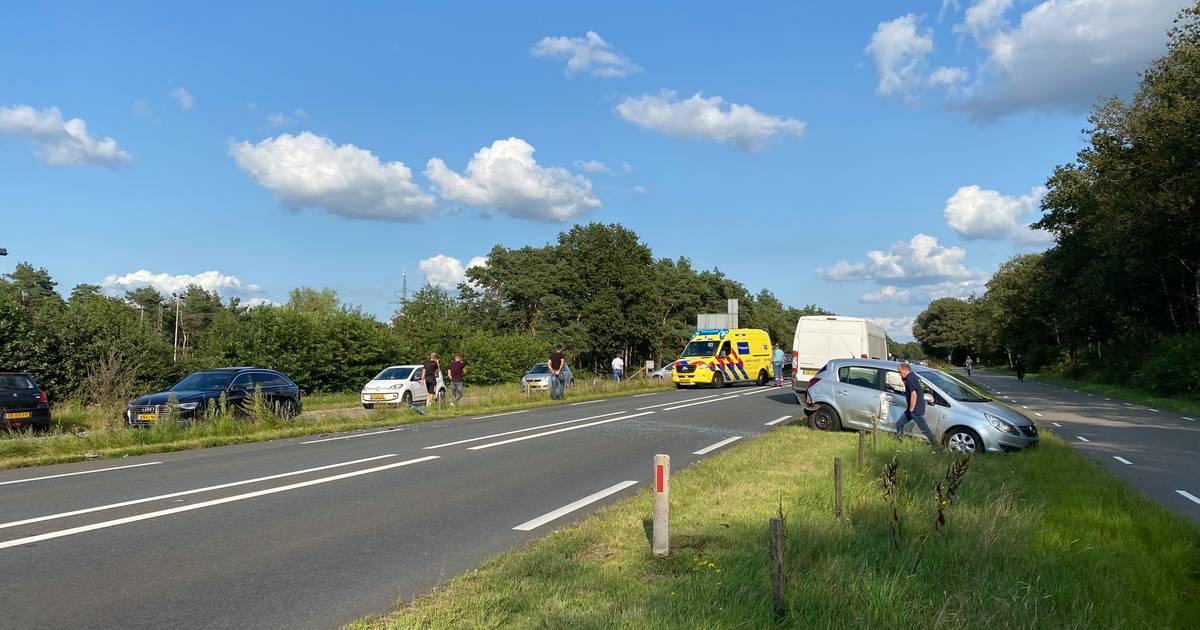 N35 bij Haarle dicht na ongeval met vijf auto's: politie duwt wrakken op parallelweg.