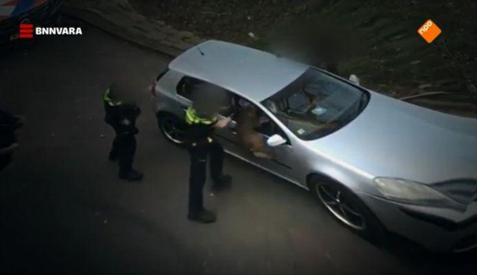 Beelden uit de uitzending van Zembla, waarop te zien is dat Rushen Servania door een politiehond te grazen wordt genomen.