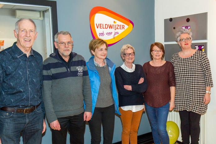 Wethouder Mariënne van Dongen (rechts) met de nieuwe vrijwilligers die de Veldwijzer bemensen.