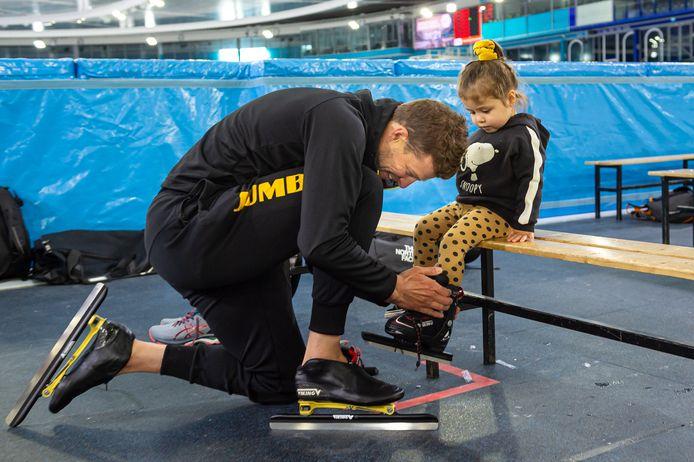 Sven Kramer bindt de schaatsjes onder bij dochter Kae, die haar eerste meters in Thialf gaat maken.