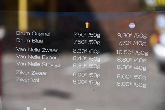 Het prijsverschil tussen Nederland en België hangt uit op een etalage.