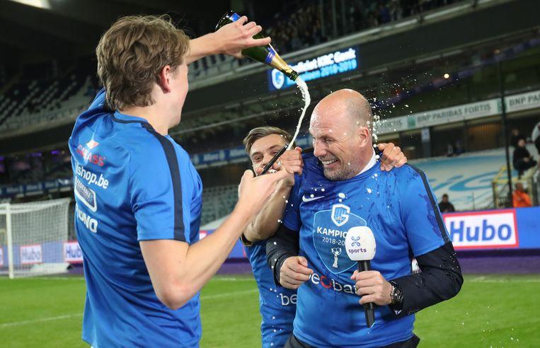 Berge en Trossard trakteren Clement op wat champagne.