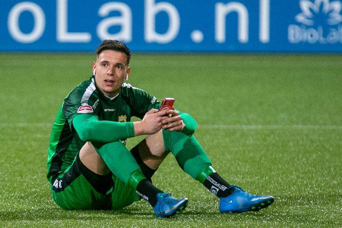 Jay Gorter wacht tot De Graafschap klaar is tegen Helmond Sport.